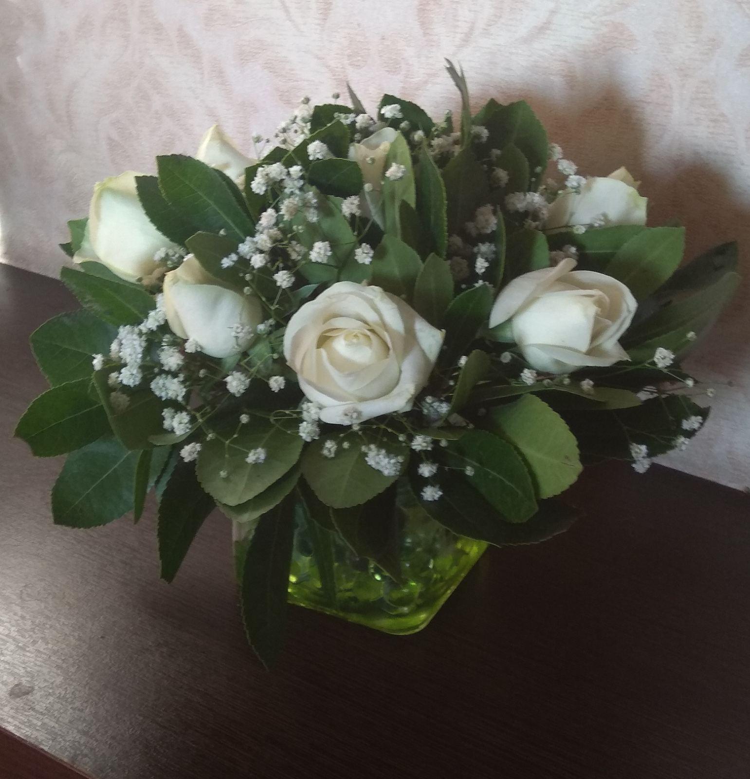 Σύνθεση λουλουδιών σε τετράγωνο διάφανο κύβο και μπιλάκια-paterakis-apostoles louloudion-stolismoi gamon