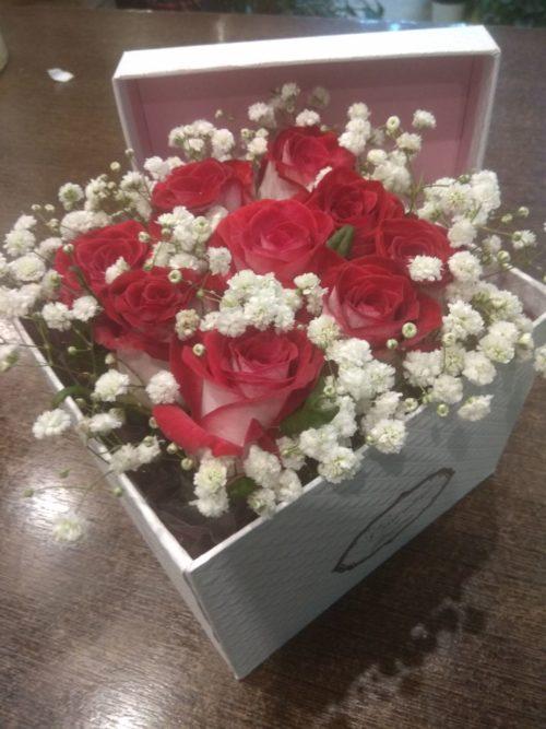 Χάρτινο κουτί με 9 ΤΕΜ δίχρωμα τριαντάφυλλα μόνο 25 εύρο-paterakis-apostoles-louloudion-stolismoi-gamon