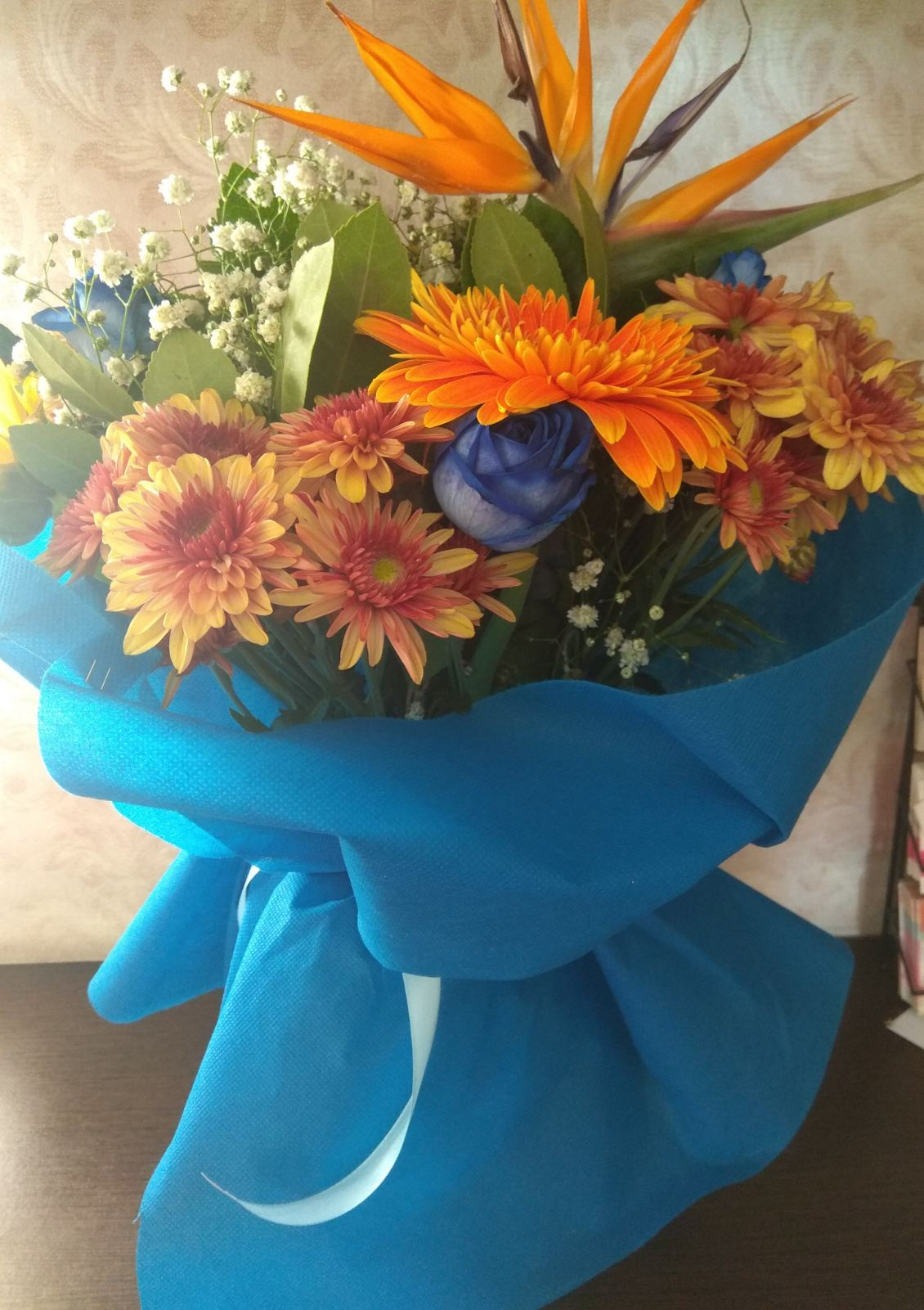 δίχρωμο μπουκέτο με μπλε και πορτοκαλί αποχρώσεις